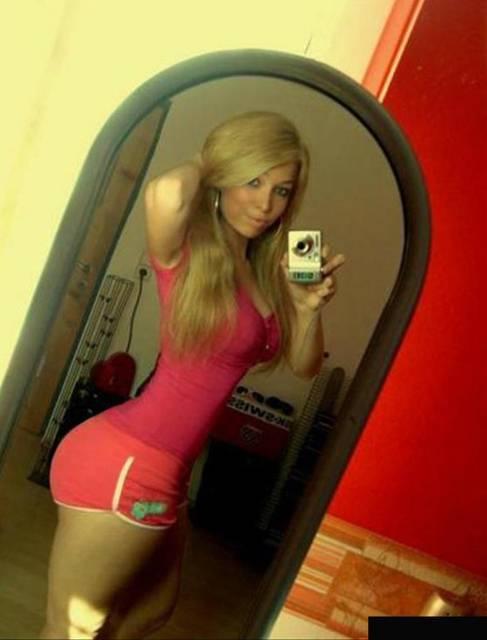 Фото красивых девушек в обтягивающих шортах, причем шорты красоту эту