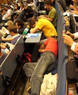 Śpiący studenci 15
