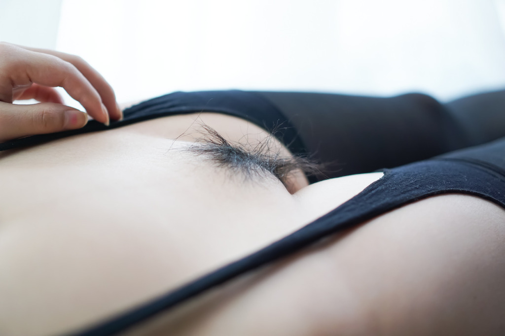 芷莘作品之五新拍了一组.~喜欢吗? 因为我喜欢穿黑丝啊!觉得性感成熟了蛮多~发热的小穴根部想要….