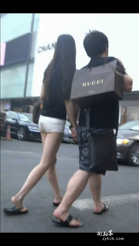 富二代和漂亮女友逛街
