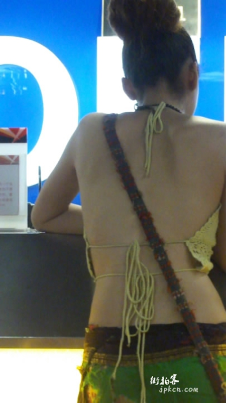 性感的露背装美女内衣外露