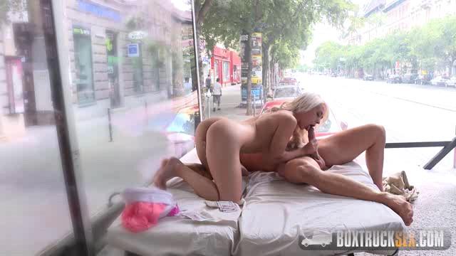 Русский секс на глазах у прохожих на виду
