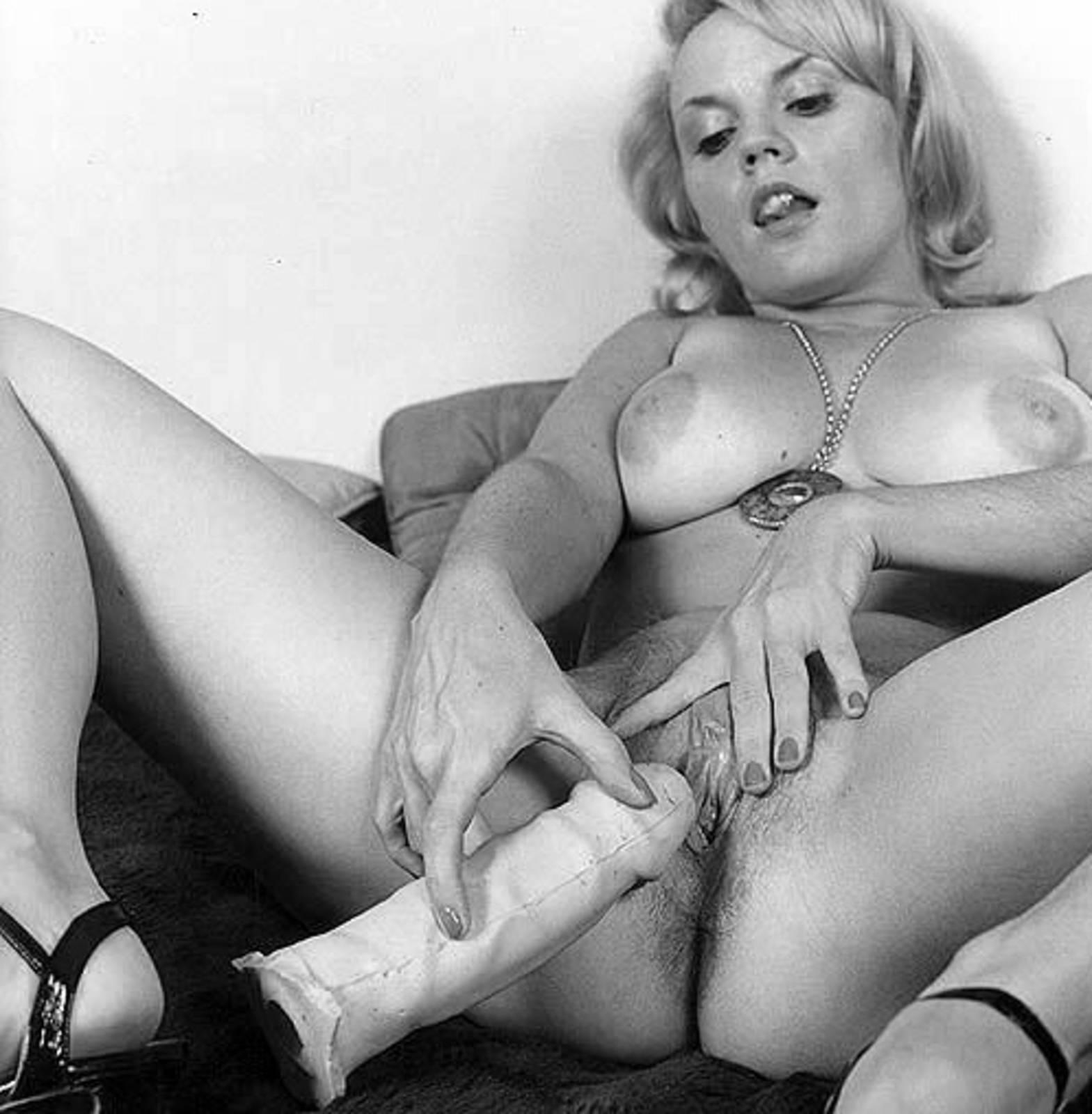 Ретро женщина мастурбирует 4 фотография